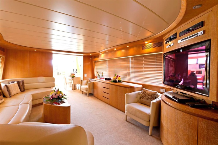 84 FT Yacht salon