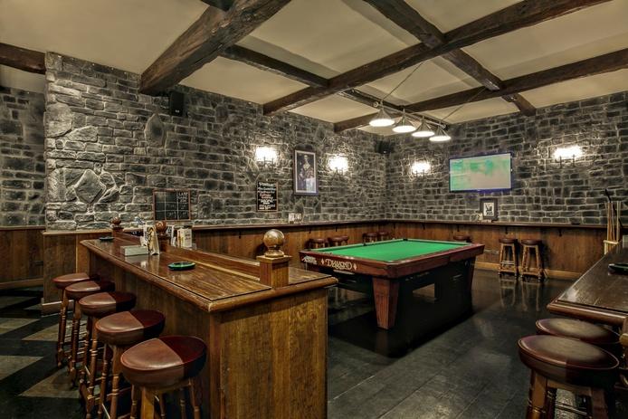 Nell Gwynne English Pub pool game