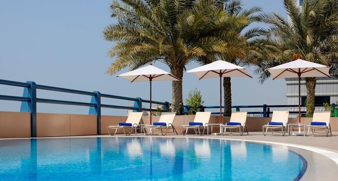 Dubai Marriott Harbour Hotel and Suites swimming pool